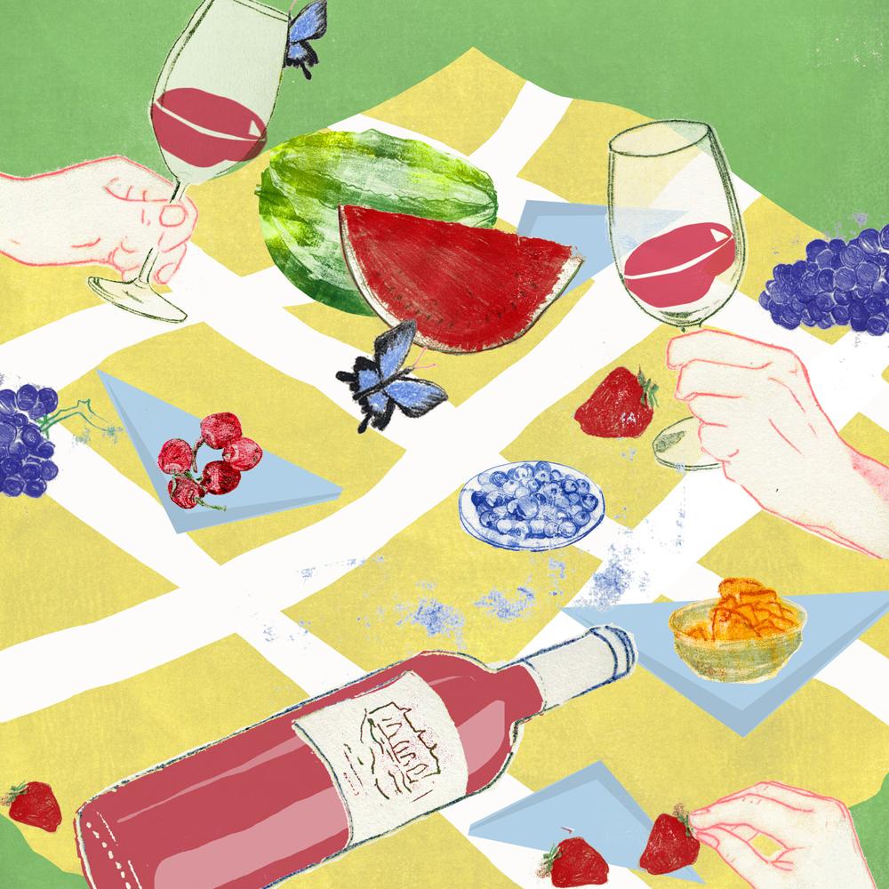 Bild zeigt eine Picknickdecke, auf der 2 Personen Wein trinken und Obst essen