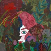Hauptfigur Ruja versteckt sich hinter Pflanzen und lugt nur mit einem Auge hervor